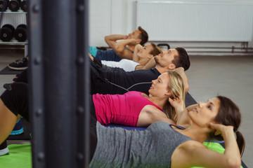 gruppe macht sit-ups im fitness-studio