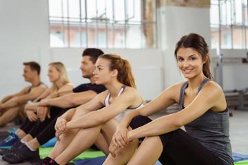 gruppe wartet auf den beginn des fitnesskurses