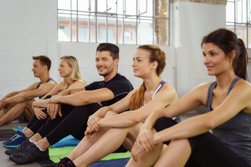 gruppe im fitnessstudio wartet auf den nächsten kurs