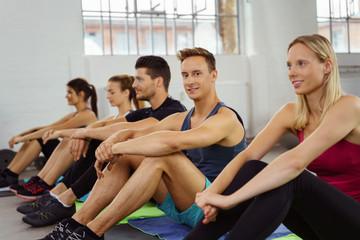 sportliche gruppe wartet im fitnessstudio auf den nächsten kurs