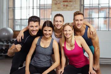 begeistertes team im fitness-studio