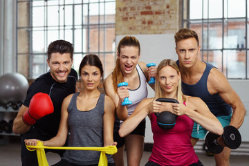 starkes team im fitness-studio mit verschiedenen geräten