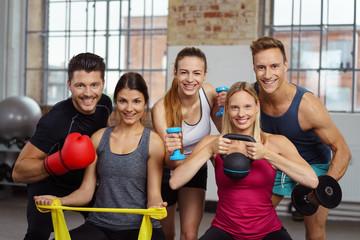 sportliche gruppe im fitness-studio mit unterschiedlichen geräten