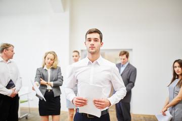 Junger Geschäftsmann hält Strategie Papier
