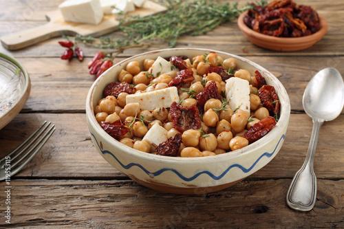 ceci insalata con pomodori secchi e formaggio sfondo tavolo di ...