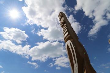 Totem et ciel bleu