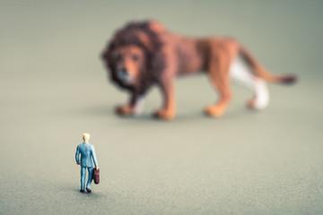ライオンとミニチュアの人間