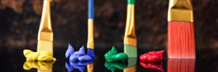 Blau rot, gelb und grüne Farbe mit Pinseln, spiegelung