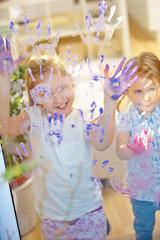 Kinder malen mit Fingerfarbe im Kindergarten