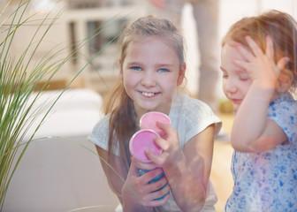 Zwei Kinder mit Fingerfarben