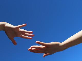 Eine Hand greift nach der anderen