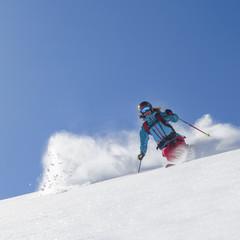 Skifahrerin in traumhaftem Pulverschnee
