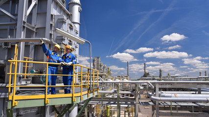 Gruppe von Industriearbeitern in einer Raffinerie // group of industrial workers in a refinery