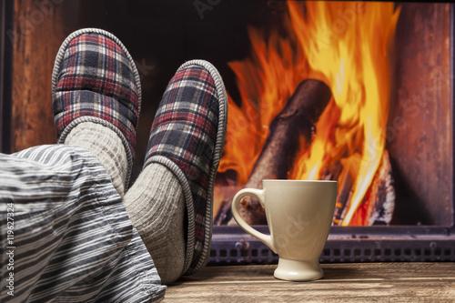 entspannen am kamin zu hause gemütlich im herbst winter