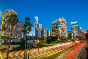 Photo sur Plexiglas Los Angeles Downtown Los Angeles skyline during rush hour