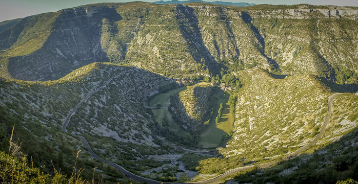 Panoramique sur le cirque de Navacelles et du village dans l'Herault