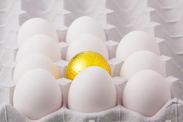 卵パックに入った金のゴルフボール