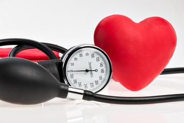 Rotes Herz und Blutdruckmessgerät
