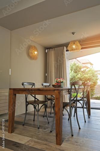 salle à manger avec porte-fenêtre ouverte sur le jardin\