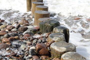 Wellenbrecher an der Ostseeküste