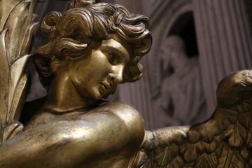 Statue d'ange dans la Basilique Santa Maria Sopra Minerva à Rome