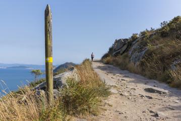 Ruta de senderismo en Islas Cíes (Pontevedra, España).