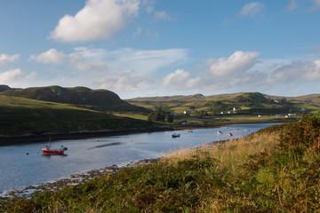 Fischerboot in Bucht, Isle of Skye, Schottland