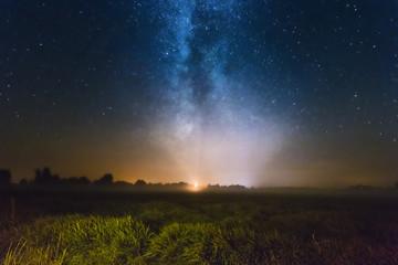Neblige Landschaft bei Nacht