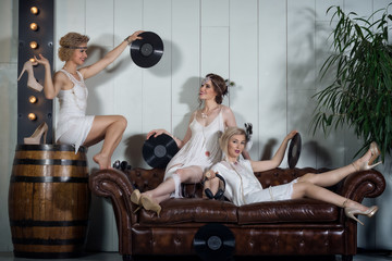Lovely girls dressed in flapper style outfits Wall mural