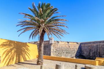Vista das muralhas do forte de Peniche em Portugal