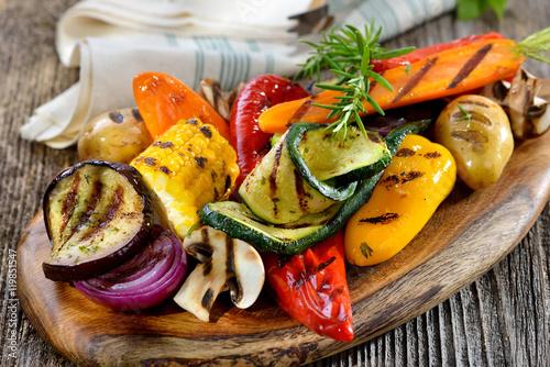 Buntes, gemischtes Gemüse vom Grill mit Feta und Olivenöl, dazu frisches Weißbrot - Mixed Greek  vegetables with feta cheese on a wooden cutting board served with bread