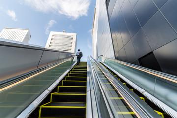 新宿高層ビルとエスカレーター