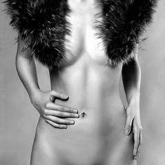 naakte jonge vrouw in bont