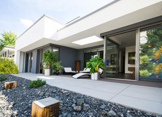 Obraz moderner Flachbau mit Terrasse - fototapety do salonu