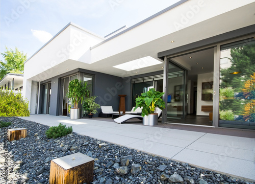 moderner flachbau mit terrasse stockfotos und lizenzfreie bilder auf bild 119860932. Black Bedroom Furniture Sets. Home Design Ideas