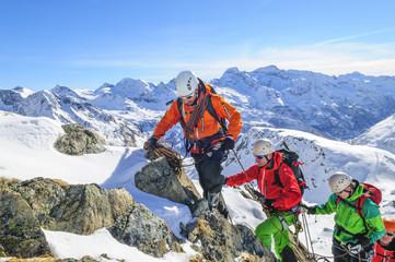 Seilschaft klettert im hochalpinen Gelände
