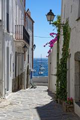 Blick durch die Gasse zum Meer in Cadaques