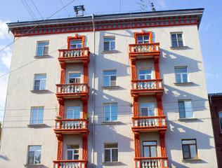 Окна разных городских зданий балконы и текстура