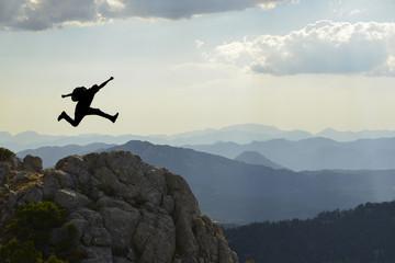 zirveyi gören enerjik dağcı