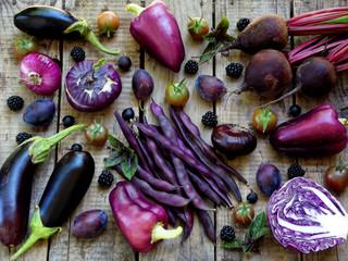Foto op Plexiglas Groenten purple vegetables and fruits on wooden background - eggplant, cauliflower, green beans, cherry tomatoes, plum, basil, onion, cabbage, sweet pepper