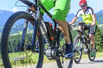 mit dem E-Bike im Gebirge bergauf fahren