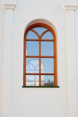 Старая церковь для молитв и поклонения с крестами витражами и окнами