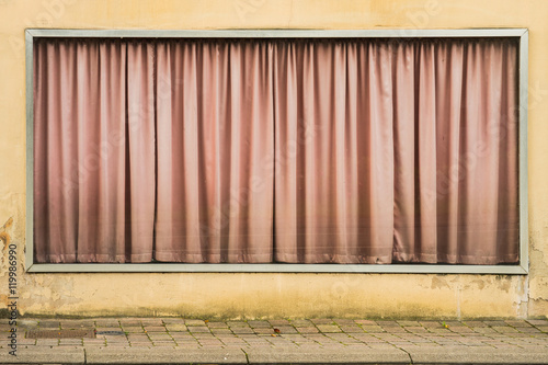hintergrund altes schaufenster mit vorhang in altrosa und schmutz background old storefront. Black Bedroom Furniture Sets. Home Design Ideas