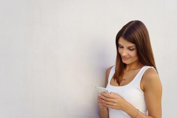 attraktive frau schaut auf ihr mobiltelefon