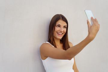 lachende frau macht ein selfie