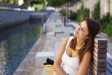frau sitzt in einem park und genießt die ruhe