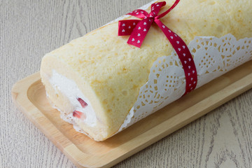 cake roll with strawberry