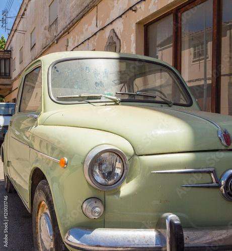 spanischer kleinwagen der 50er jahre stockfotos und