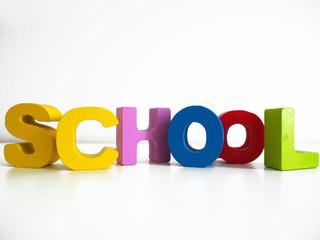 school: Schriftzug aus bunten Holzbuchstaben