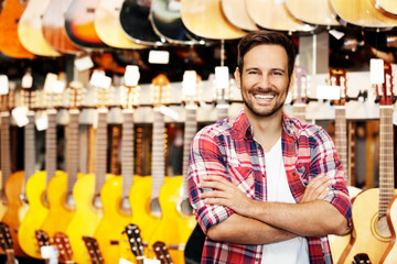 Papiers peints Magasin de musique Salesperson in musical instruments store